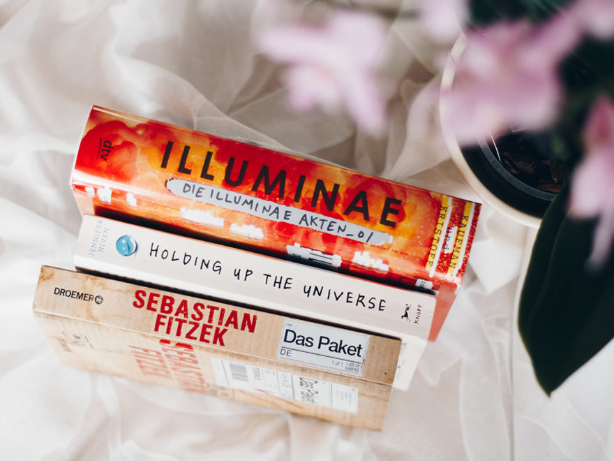 Kurzrezensionen: Illuminae, Holding Up the Universe & Das Paket